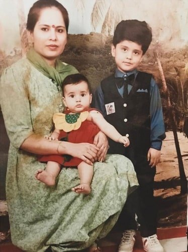 rashi khanna childhood photo