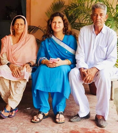 sonali phogat parents