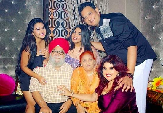 roshni walia family